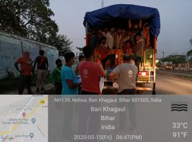 Cooked food being provided to about 70 migrants who were on their way from Delhi to Jahrkhand