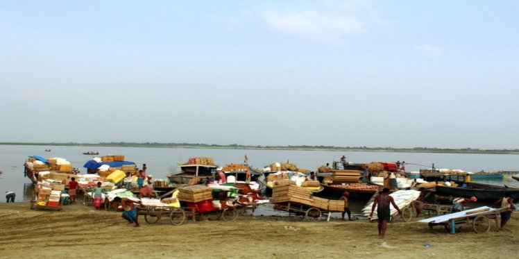 ndia Brahmaputra, Dhubri Port Assam 2018; Shallow draft country boats are lifelines of the local economy in chars of lower Assam (Photo: Animesh Prakash/Oxfam)